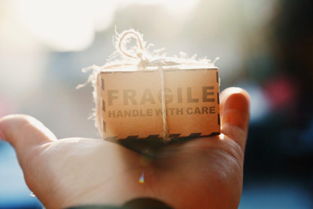 Lille_pakke_i_hånd_sikker_handel